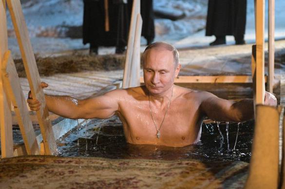 В Кремле объяснили, почему показали кадры крещенского купания Путина. 382010.jpeg