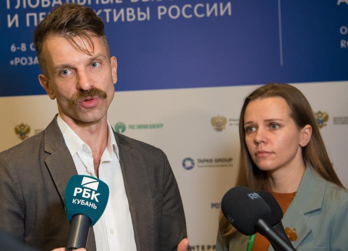 Вера Бурцева - директор НИИУРС  и Дмитрй Колосов - директор по охране окружающей среды и устойчивому развитию курорта