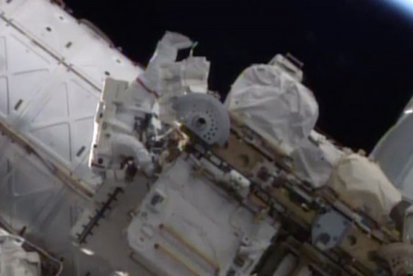 Российские космонавты в открытом космосе испытали новый скафандр. 374015.jpeg