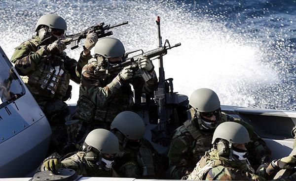 ЕС определился с датой, когда будет решаться вопрос о создании общеевропейской армии. Солдаты НАТО на катере в море