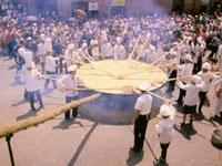 Африканские повара приготовили самый большой в мире омлет