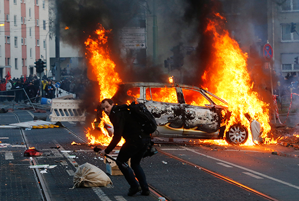 Германия отказывается проводить параллели между киевским Майданом и событиями во Франкфурте. акция протеста, беспорядки, горящий автомобиль