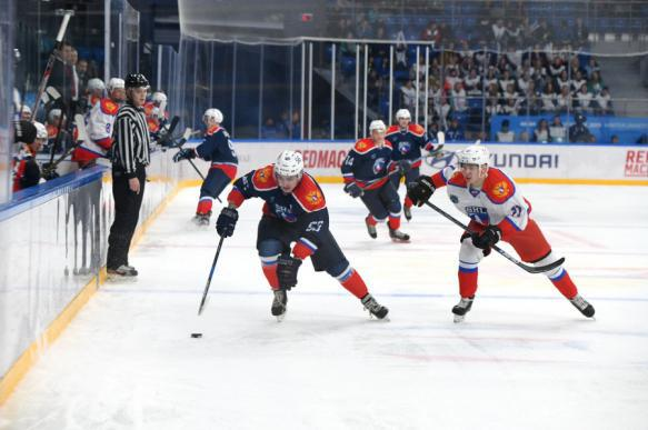 Красноярский болельщик выхватил клюшку у канадского хоккеиста и унес с собой. 400035.jpeg