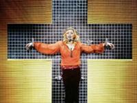 Сцена для шоу Мадонны обрушилась на людей