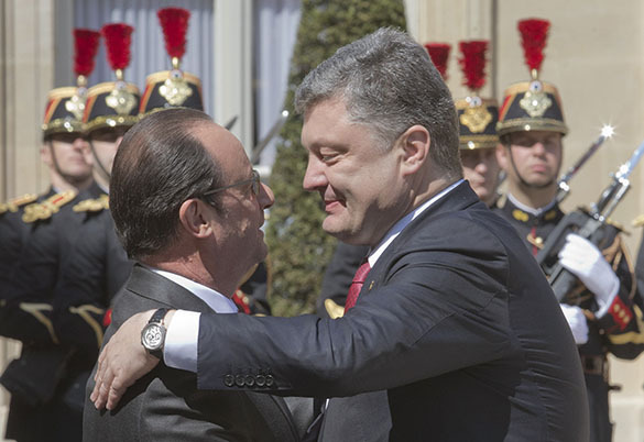 Порошенко спросит украинцев хотят ли они присоединиться к НАТО. Порошенко и Олланд