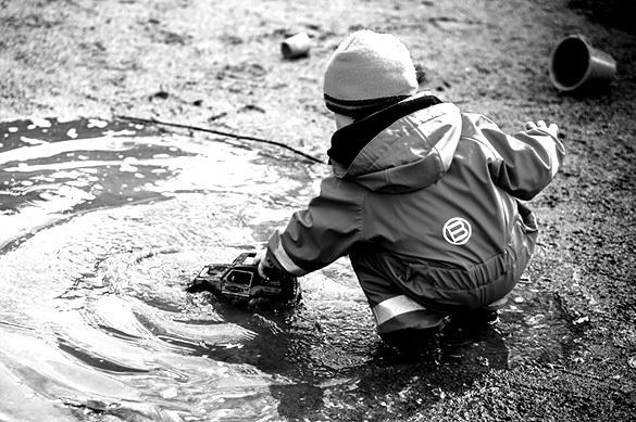 Во Владивостоке в луже утонул трехлетний ребенок-инвалид