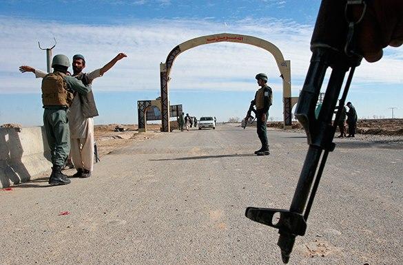 The Gardian: Поддерживаемые США чиновники санкционировали убийства, пытки и изнасилования в Афганистане. Солдат НАТО досматривает афганца
