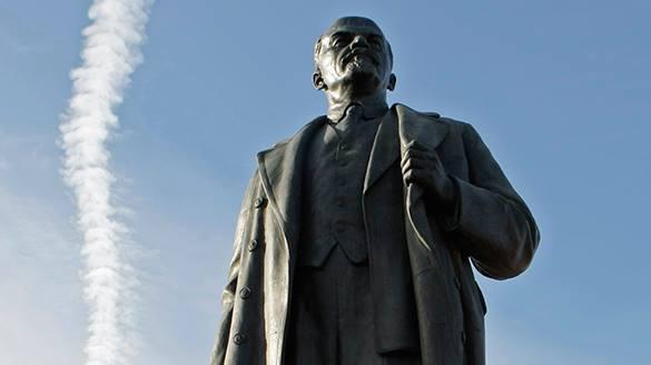 На Кузбассе пьяный мужчина пытался сделать селфи с памятником Ленину и сломал его.