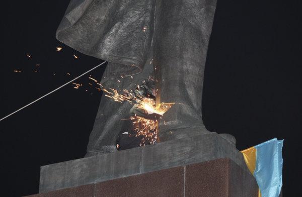 Вандалы за одну ночь снесли в Харькове три памятника советским комиссарам.ВИДЕО. 317057.jpeg