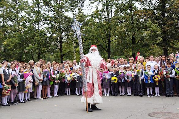 На торжественную линейку к челябинским гимназистам пришли Дед Мороз и Снегурочка. 375057.jpeg