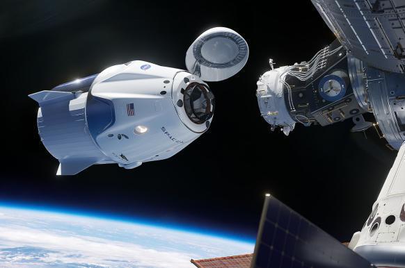 На МКС почувствовали запах спирта после после открытия  люка в Dragon-2.