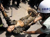 Уходя от погони, китайские грабители застряли в канализации