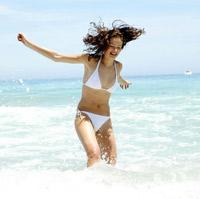 Стойкий загар надолго помогают сохранить витамины А, С и Е. Они