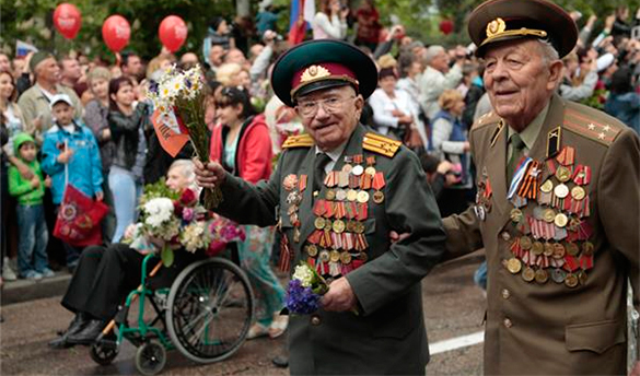 Синьхуа: Россия защищает историю Второй мировой. ветераны на параде