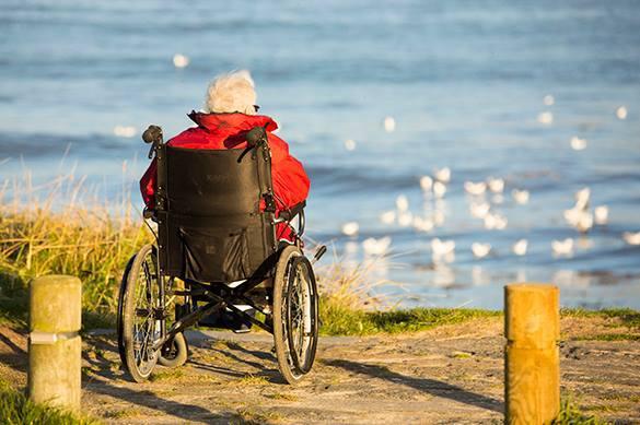 СМИ: Провинциальные инвалиды остаются без протезов - нет денег. инвалид в коляске