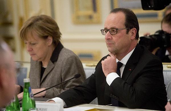В Кремле завершились переговоры на высшем уровне между Путиным, Меркель и Олландом. Меркель и Олланд сидят за столом переговоров