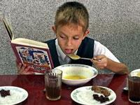 Школьников, чьи родители потеряли работу, будут кормить