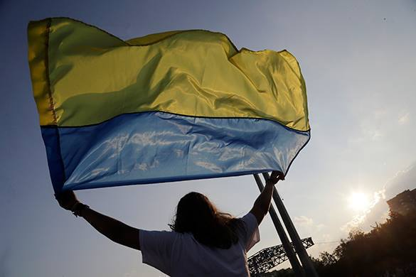 украинский флаг в руках девушки
