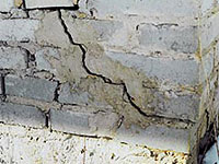 Стена жилого дома в Москве могла треснуть из-за жары