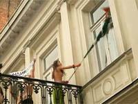 Активистки FEMEN оголили грудь на балконе индийского посла. 253081.jpeg