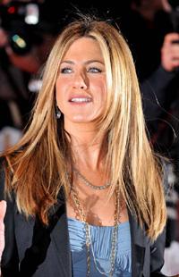 На свои волосы бывшая супруга Брэда Питта денег не жалеет: ее