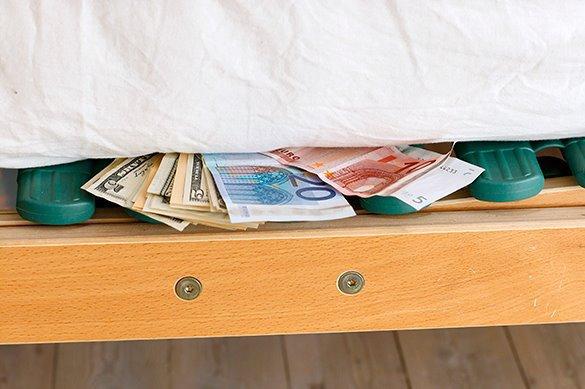 Сторож в Сочи забрал на дачу стул с заначкой в 100 тыс евро