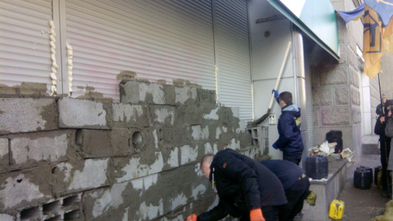 В Киеве замуровали здание Сбербанка России