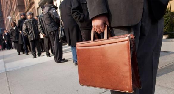 человек с портфелем в очереди