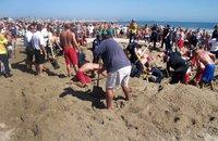 Юный американец провел под песком на пляже 25 минут. sand