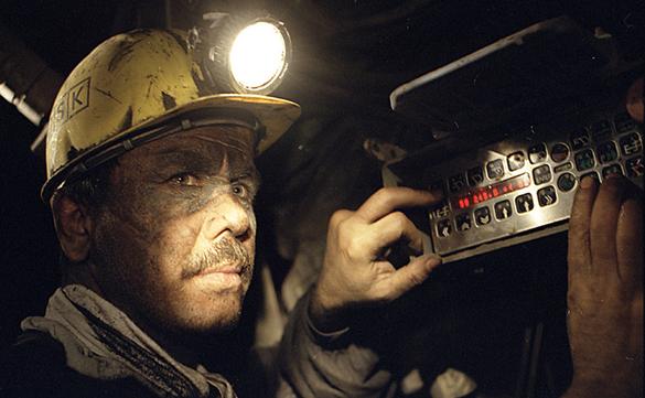 Более 80 горняков заблокированы в шахте после обстрела Макеевки. Шахтер в забое