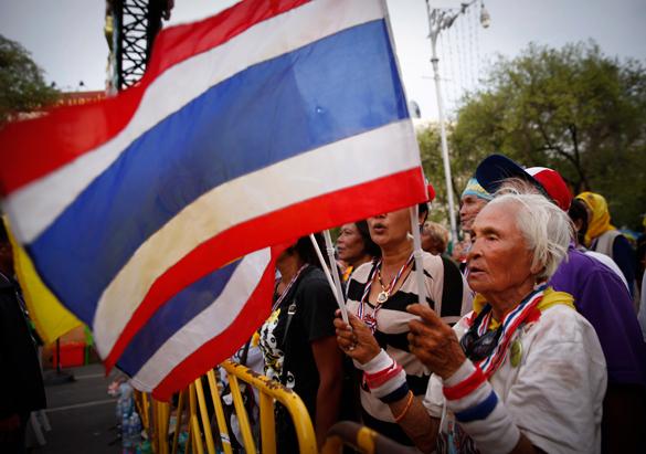 В Таиланде неизвестные обстреляли лагерь оппозиции, есть жертвы. Протесты в Таиланде набирают оборот