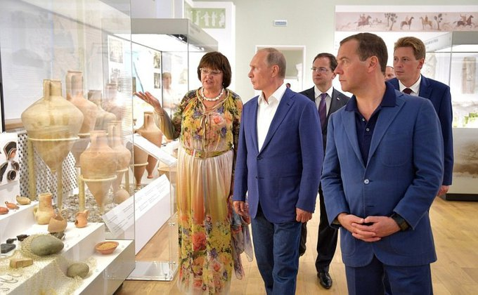 В. Путина иМедведева заинтересовала вХерсонесе старинная табличка