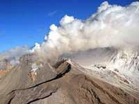 По склонам вулкана Шивелуч ползут лавины