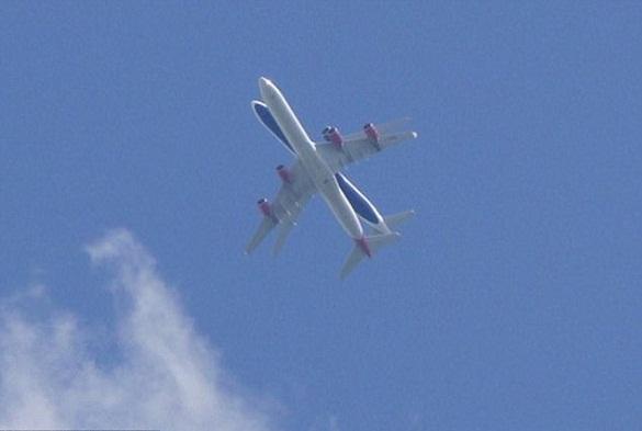 Очевидец снял скрещивание самолетов в небе над Лондоном. 376109.jpeg