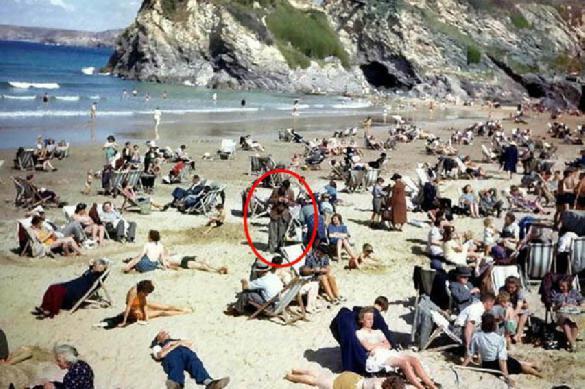 На снимке 1943 года замечен человек со смартфоном. 393109.jpeg