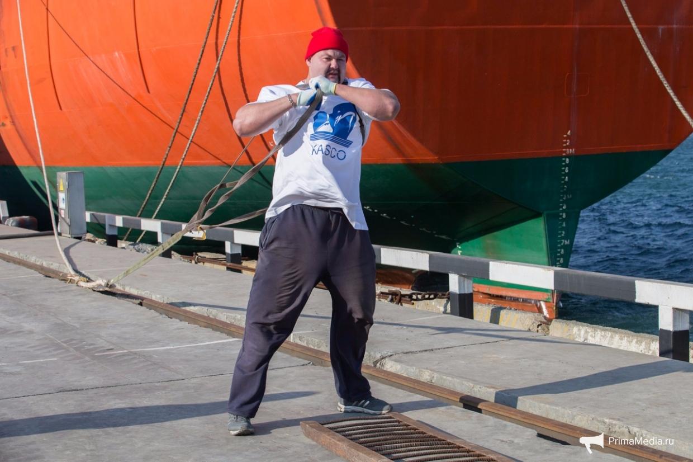 Приморский силач Иван Савкин отбуксировал судно весом 7 тысяч тонн. Приморский силач Иван Савкин отбуксировал судно весом 7 тысяч то
