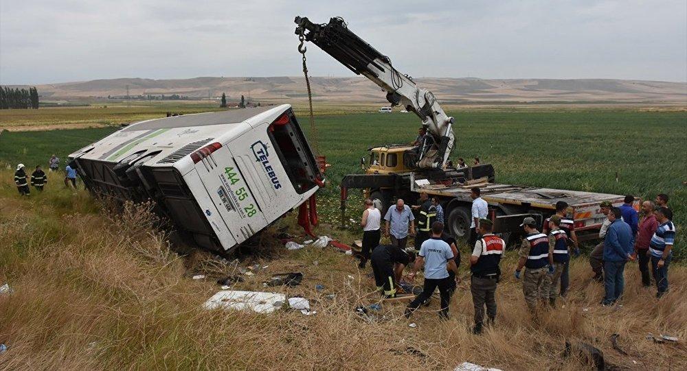 В Турции перевернулся автобус с пассажирами: шестеро погибли, 36 ранены. В Турции перевернулся автобус с пассажирами: шестеропогибли, 36