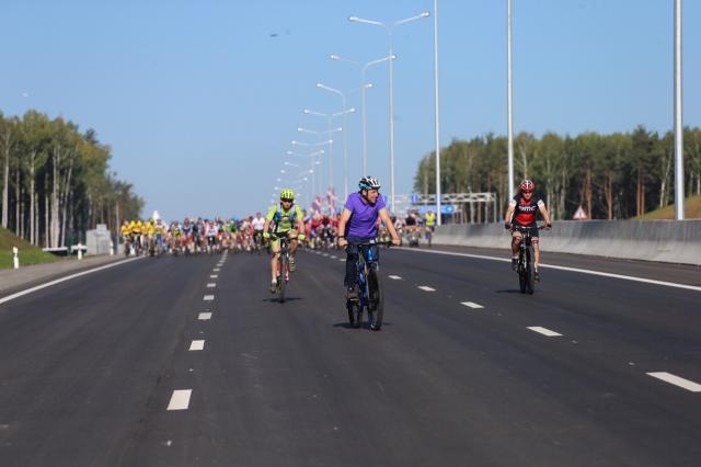 11 км нового участка ЕКАД опробовали велосипедисты. 11 км нового участка ЕКАД опробовали велосипедисты