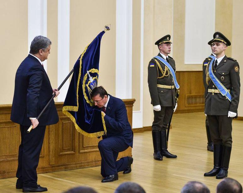 Генпрокурор Украины развеселил соцсети поцелуем флага. Генпрокурор Украины развеселил соцсети поцелуем флага