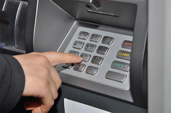 С банковских карт мошенники перешли на банкоматы