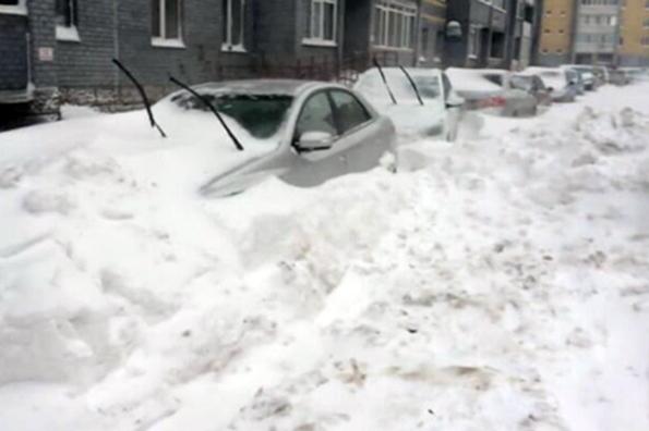 Тюмень завалило снегом, занятия в школах отменены. Тюмень завалило снегом, занятия в школах отменены
