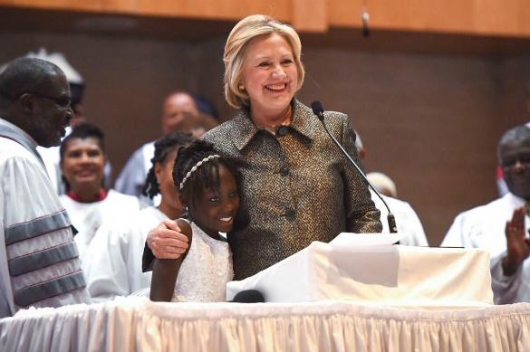 Низкий IQ и никакой совести: Хиллари Клинтон и ее черные рабы. Хиллари Клинтон с темнокожей девочкой в ходе предвыборной гонки