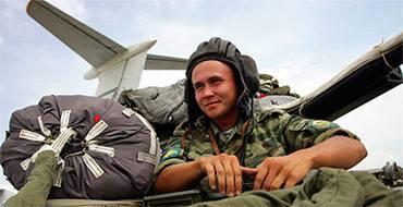 Российские войска отработали создание буферной зоны, доставку гумконвоя и проверку населения. Войска ЦВО отработали на учениях доставку гумконвоя