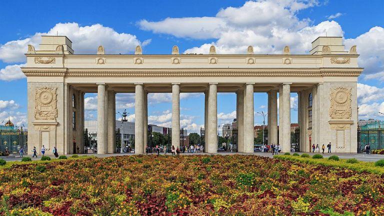 Перфоманс с крыши музея в парке Горького подарят зрителям артисты Большого театра. Перфоманс с крыши музея в парке Горького подарят зрителям артист