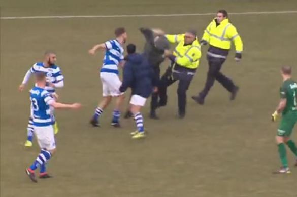 Расстроенные поражением фанаты избили футболистов. 384124.jpeg