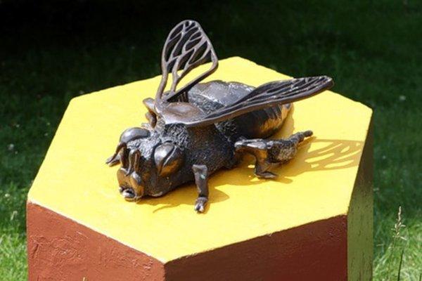 Гигантские кровососы и жуки на городских улицах. Памятник пчеле Кузе