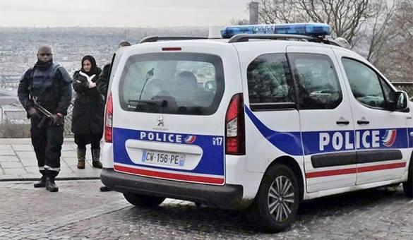 Полиция Франции обнаружила в холодильнике тела пяти замороженных младенцев. Французский полицейский с автоматом у машины