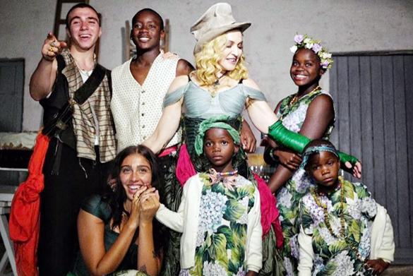 Эстрадная певица Мадонна обнародовала снимок совсеми своими шестью детьми