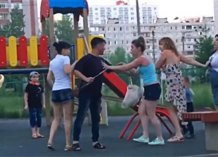 Пьяная драка мам на детской площадке