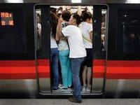 Пассажирам пекинского метро предлагают бесплатные цветные тапочки. 267134.jpeg